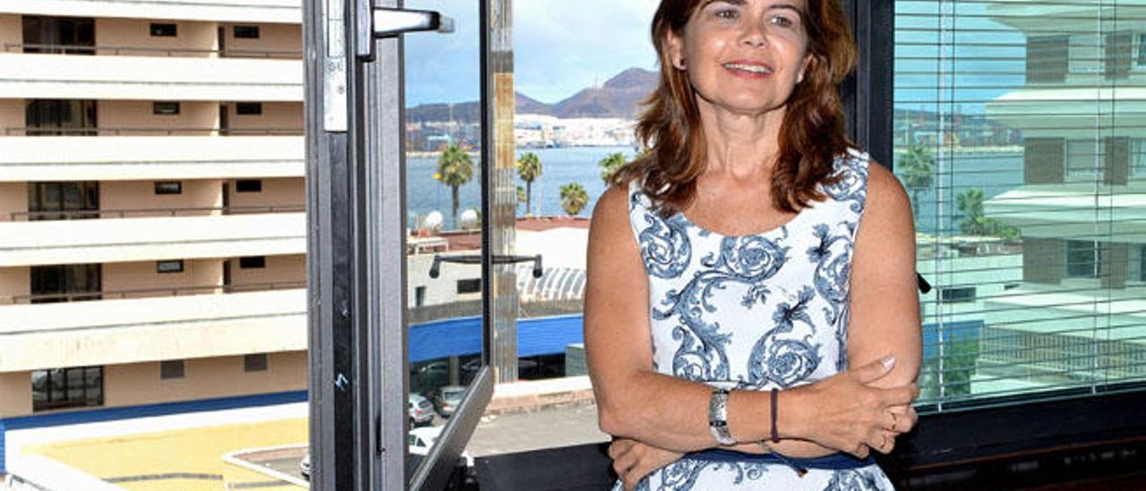 Inés Miranda Navarro, consejera de Política Territorial en su despacho en un momento de la entrevista, ayer.