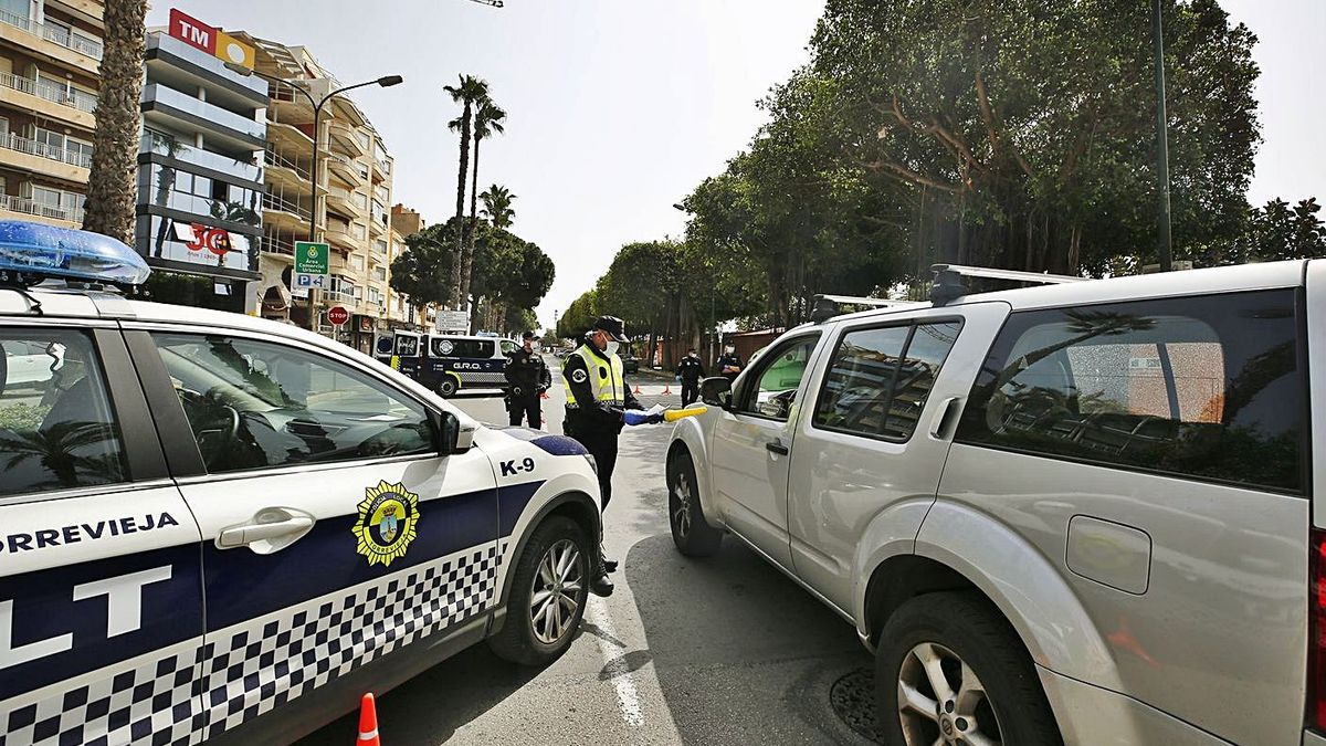 A control of the Local Police during the state of alarm in Torrevieja.     JOAQUÍN CARRIÓN