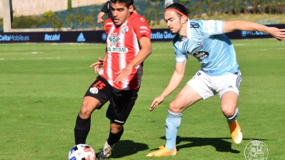 Herrera pelea por el cuero durante el partido en tierras viguesas