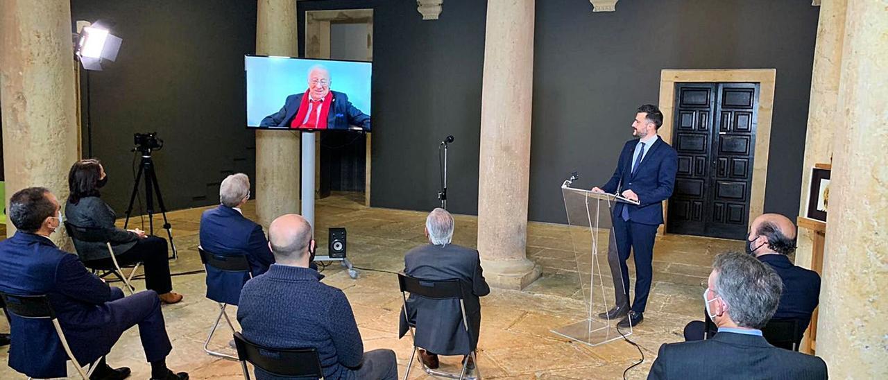 Un momento del acto en el Museo de Bellas Artes de Asturias, en el que los asistentes escuchan al Padre Ángel.