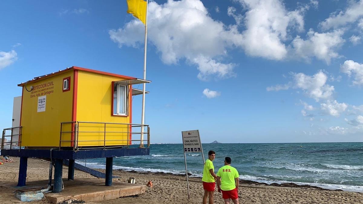 Imagen de archivo de una playa con bandera amarilla