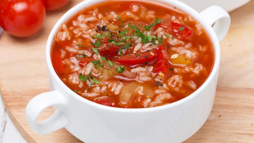 Sopa de arroz con tomate