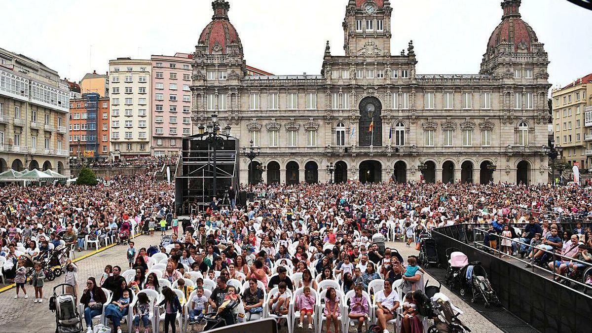 Espectáculo de Peppa Pig, el verano pasado, en la plaza de María Pita, repleta de público.