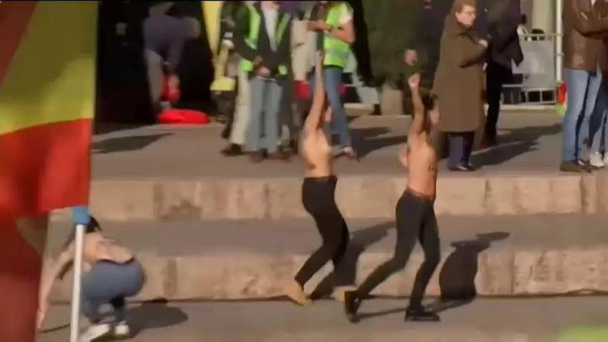 Activistas de Femen irrumpen en el escenario del último mitin de Vox