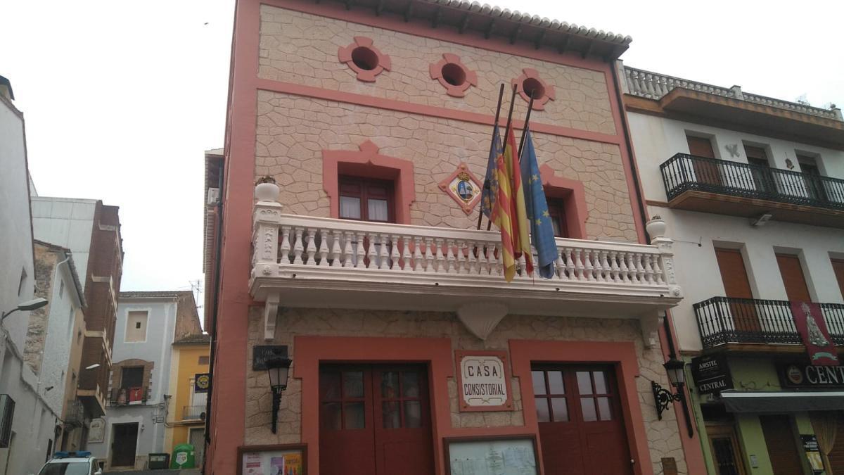 Banderas a media asta en el edificio del consistorio de la Font de la Figuera