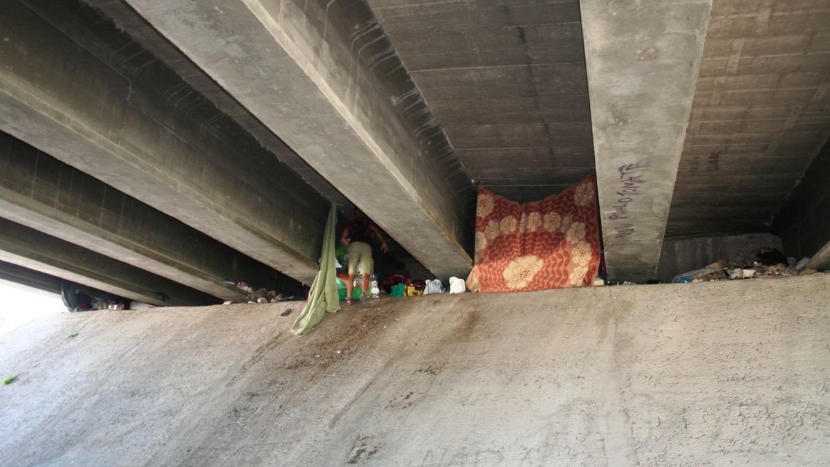 Un hombre se esconde, tras percatarse de la cámara, donde vive debajo del Puente Nuevo.