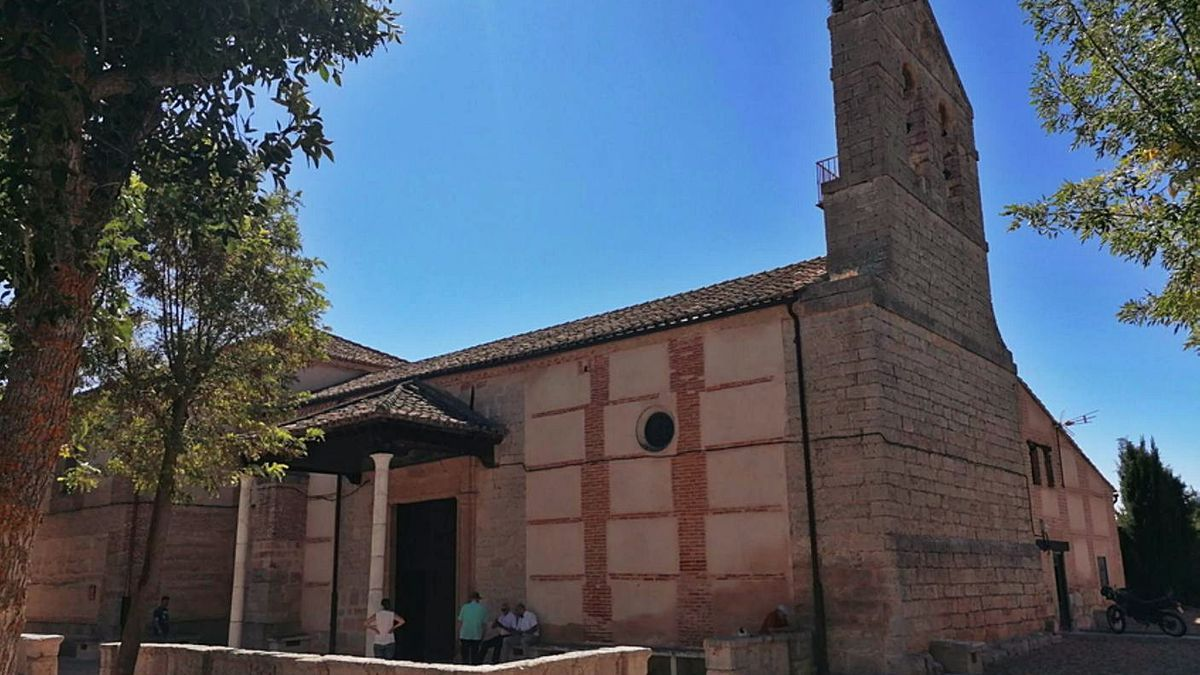 Vecinos dialogan en las inmediaciones del acceso principal a la ermita de la Virgen del Canto. | M. J. C.