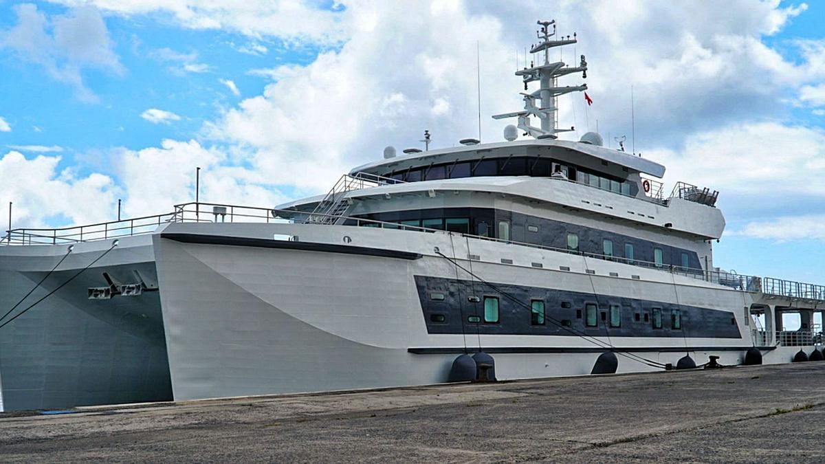 El Wayfinder, propiedad de Bill Gates, ayer en el Puerto de Santa Cruz de Tenerife.
