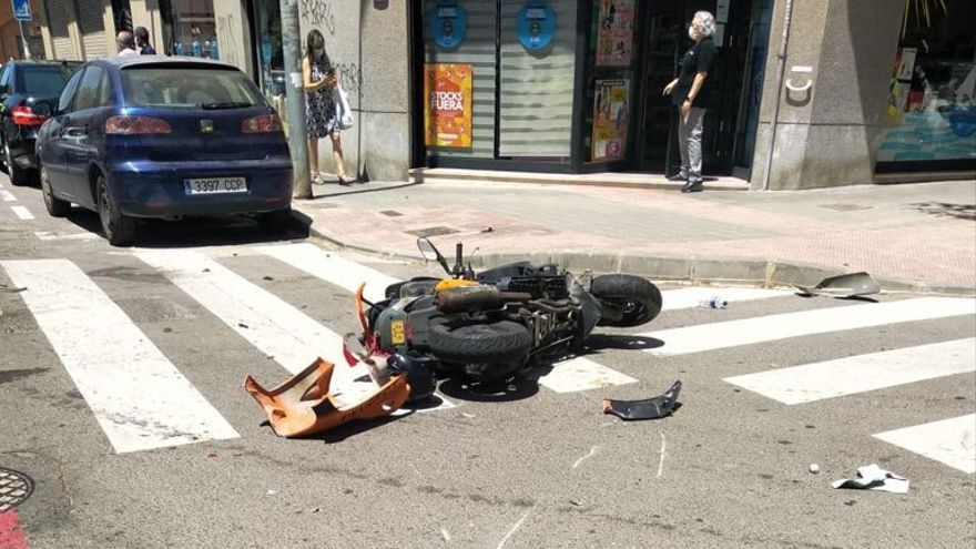 Herida una mujer al chocar su moto contra un coche en Alicante