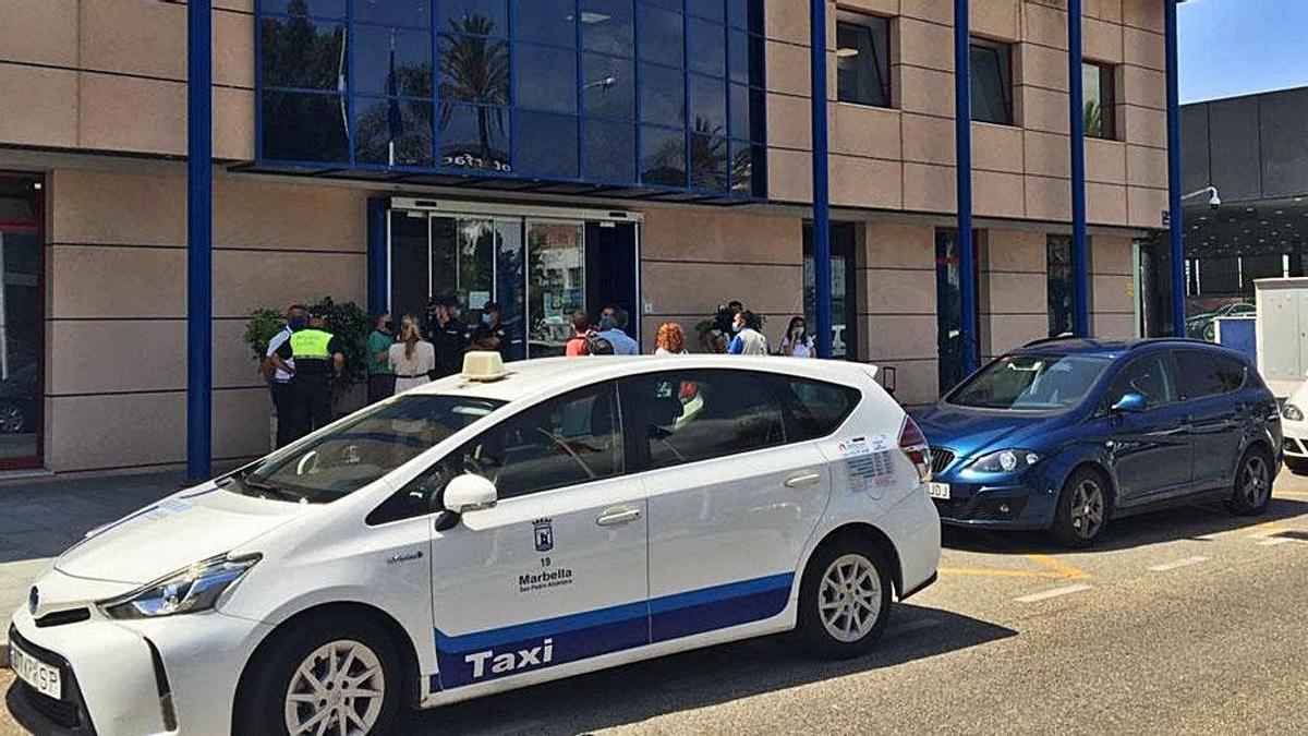 Un taxi de Marbella, estacionado ante la Jefatura de la Policía Local.  | L. O.