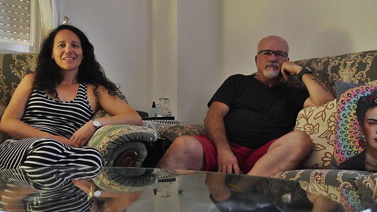 Bárbara Végmed y José Luis Donaldson en la casa donde viven, en Muga de Sayago. | José Luis Fernández