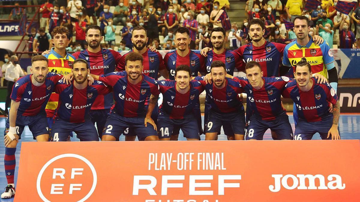 El Levante UD FS posa en  Paterna antes del segundo  partido de la final.  J.M.López