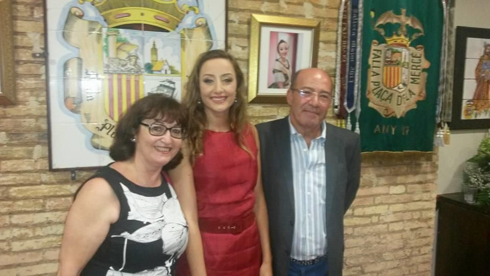 En el casal, una vez elegida, con los padres de su fallera mayor de València de 2001, Elena Nebot.