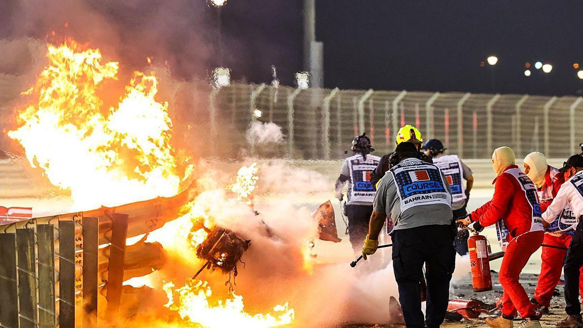 Instante en el que el monoplaza de Grosjean arde en el circuito de Baréin.