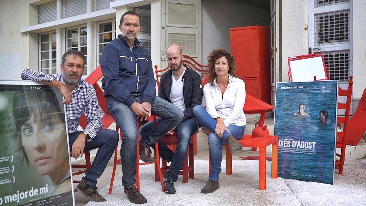 Quatre dels membres de l'associació Diòptria de Figueres, davant l'espai de La Cate on es farà la trobada de clubs | NÚRIA TOLÓS