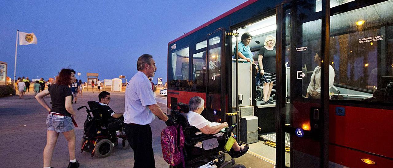 Un autobús recoge a los pasajeros en una playa de València. | GERMÁN CABALLERO