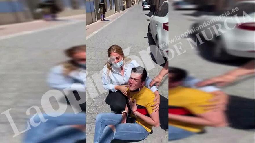 """El joven agredido por ser gay clama ante el Ayuntamiento: """"¡Me quieren matar!"""""""