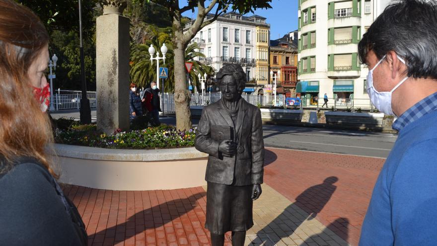 Inaugurada la estatua de Margarita Salas en la plaza Alfonso X de Luarca