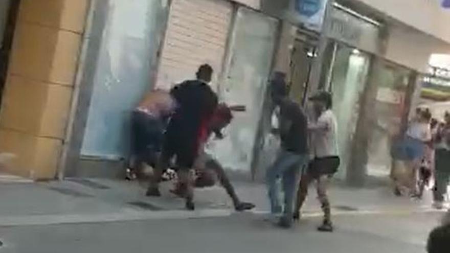 Baralla a cops de puny i de pal entre un grup d'homes a ple centre de Lloret