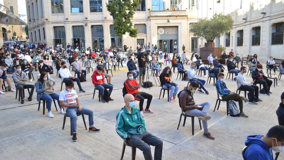 Los alumnos en la plaza de Ferrándiz y Carbonell