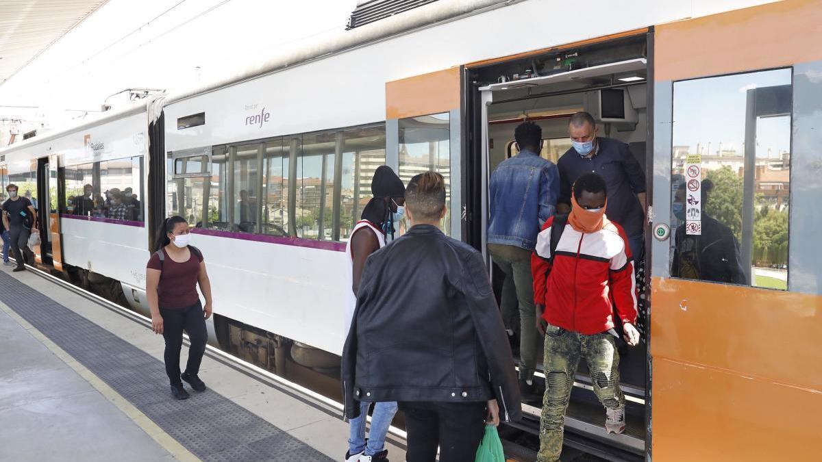 Un tren a l'estació de Girona