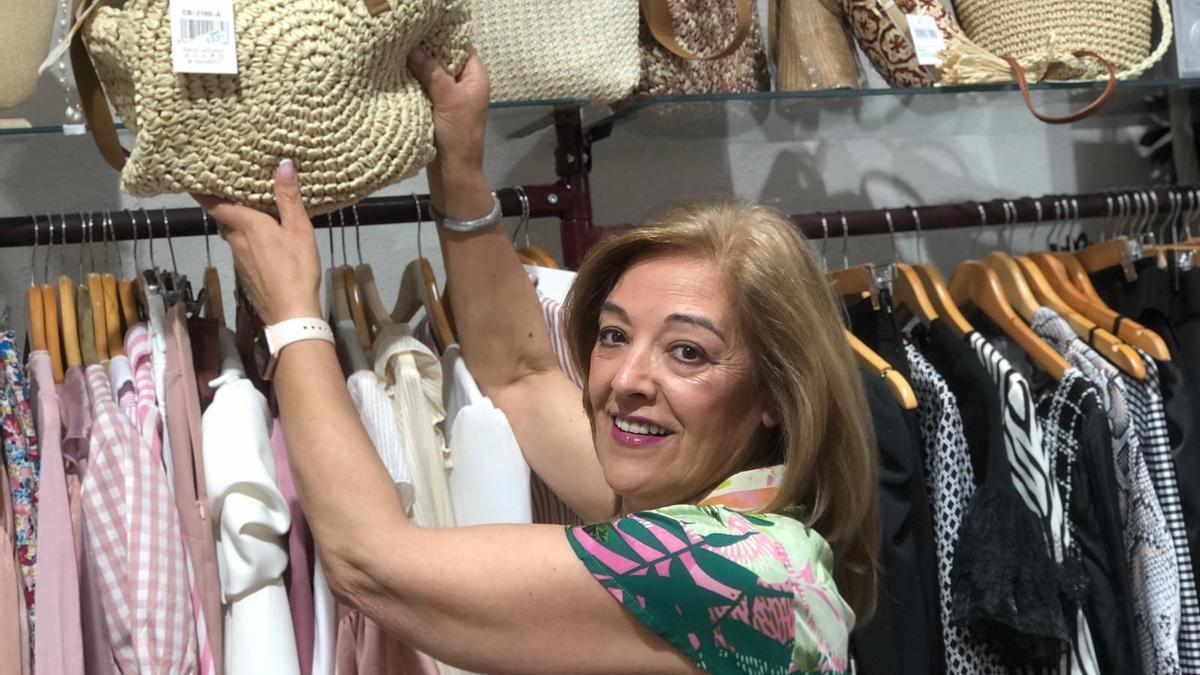 Emilia posa en su tienda de ropa y complementos.