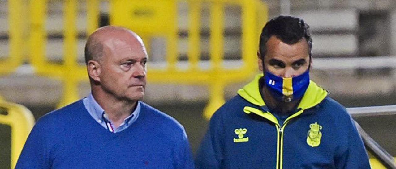 Pepe Mel –izquierda– y su segundo, Ángel López, en un partido de casa.