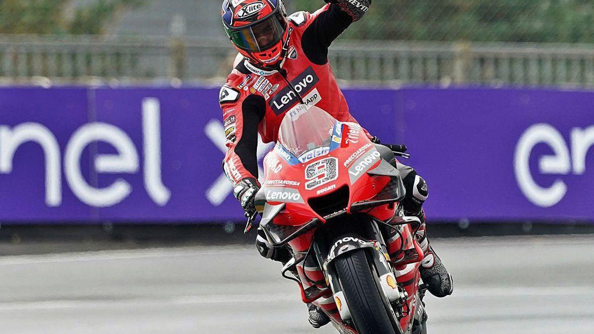 Danilo Petrucci feseteja su victoria de ayer en Le Mans.
