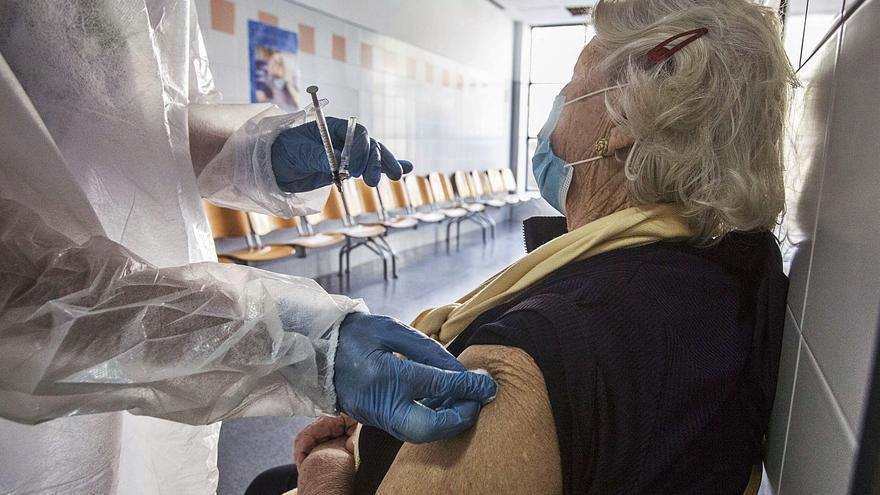 Casi la mitad de los mayores de 80 años sigue esperando la primera dosis contra el covid en la provincia