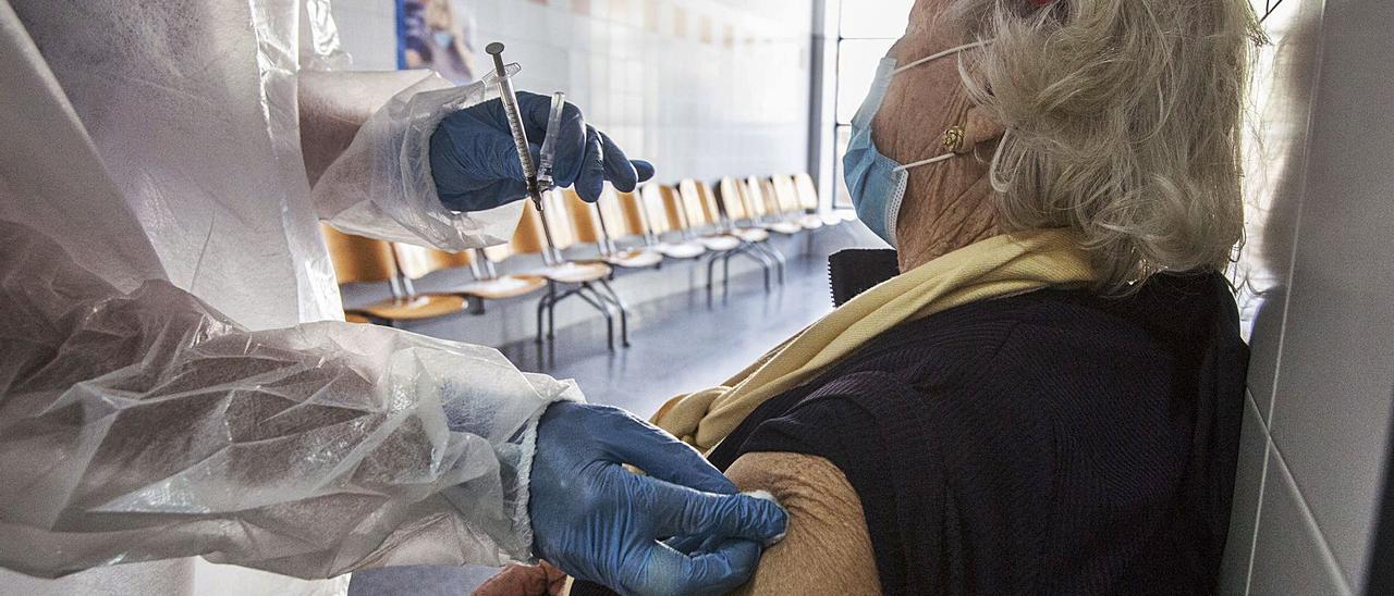 Inmunización contra el covid-19 de una mujer mayor de 80 años en un centro de salud de la provincia. | PILAR CORTÉS