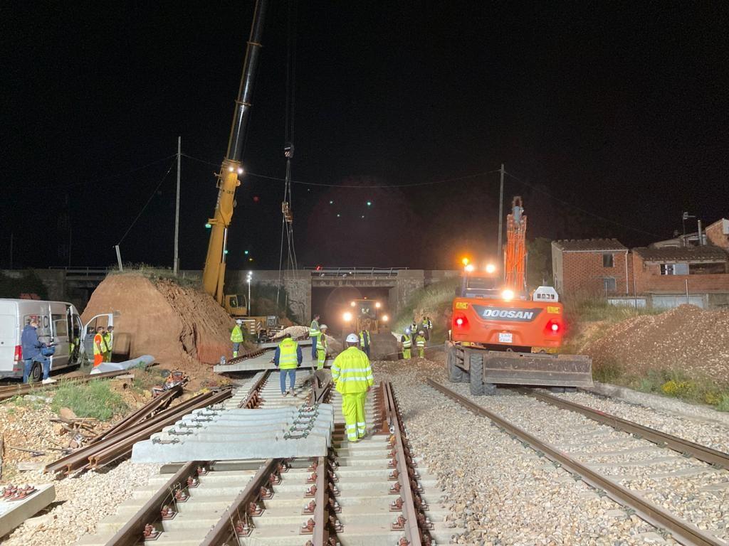 Trabajos de construcción del nuevo apartadero de 750 metros en la estación de Barracas (Castellón), ayer por la noche.