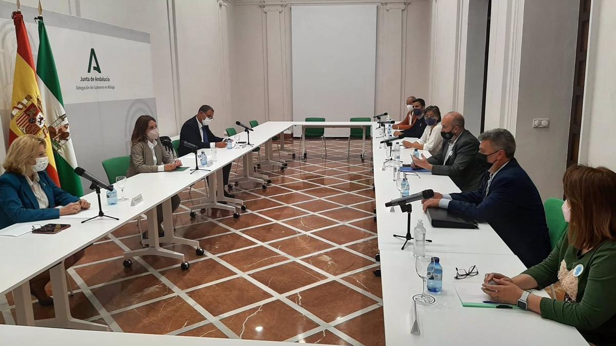 La delegada del Gobierno andaluz en Málaga recibe a la empresa Texlencor de Alozaina