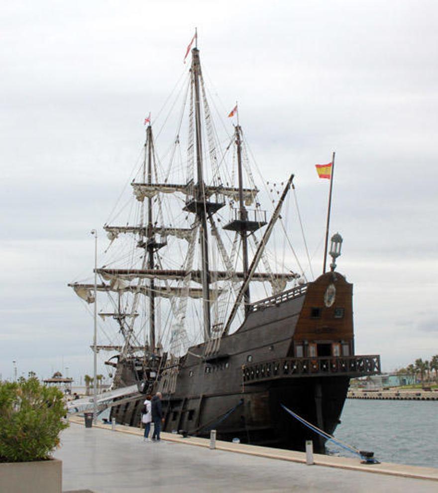 El Galeón Andalucía y la Nao Victoria atracan en Castelló