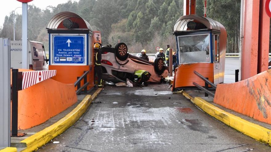 Una fallecida al colisionar un coche contra una cabina de peaje en la AP-9 en Guísamo