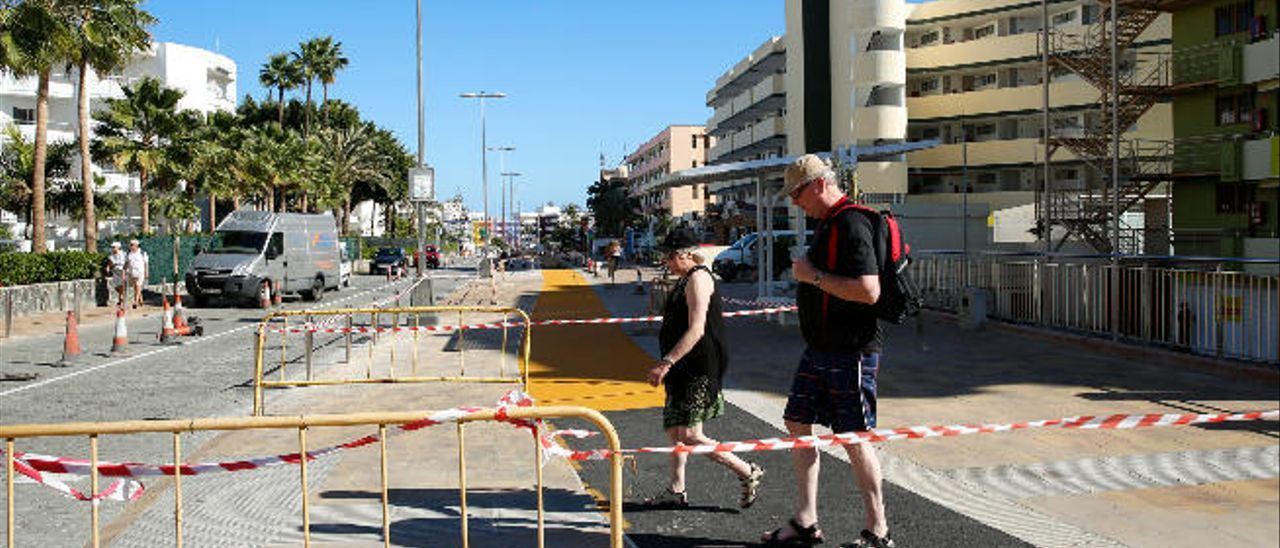 Dos turistas pasean por el nuevo tramo de la Avenida Alféreces Provisionales de Playa del Inglés.