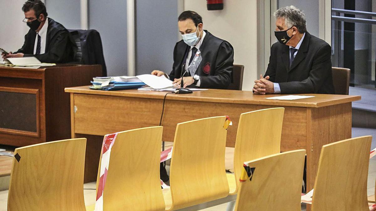 De izquierda a derecha, la acusación particular, la defensa y el acusado.
