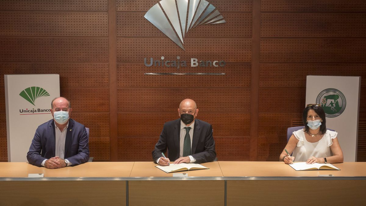 Firma del acuerdo entre Iberoquinoa Antequera y Unicaja Banco