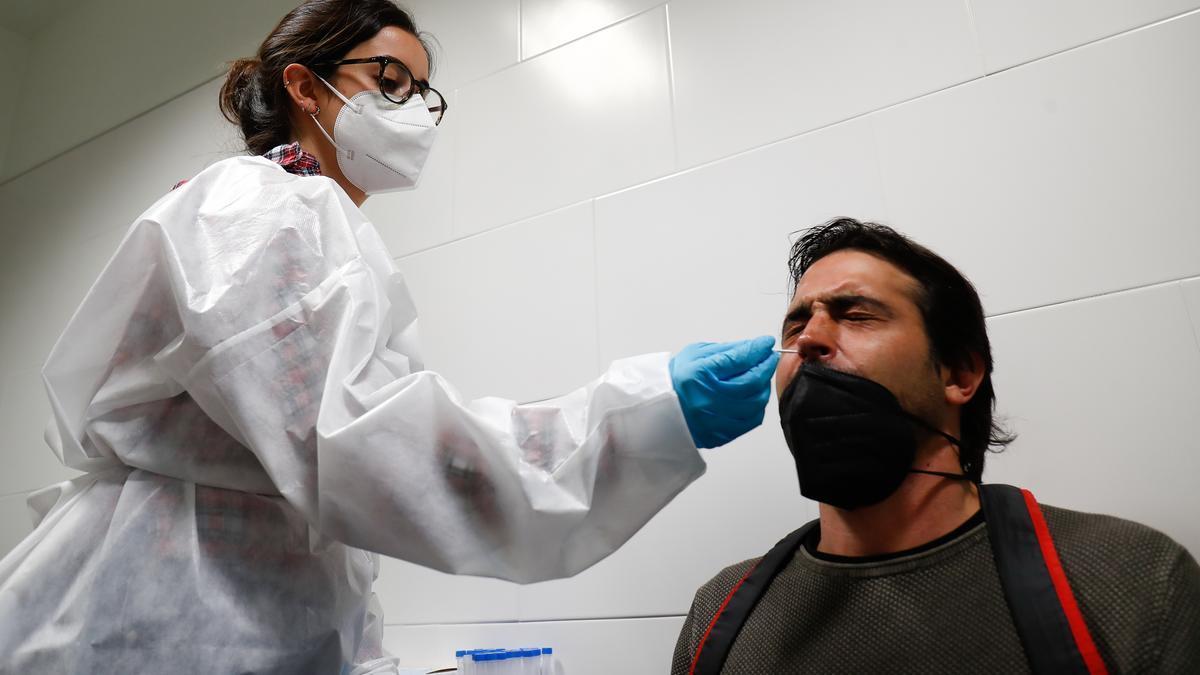 n hombre se somete a un test de antígenos.