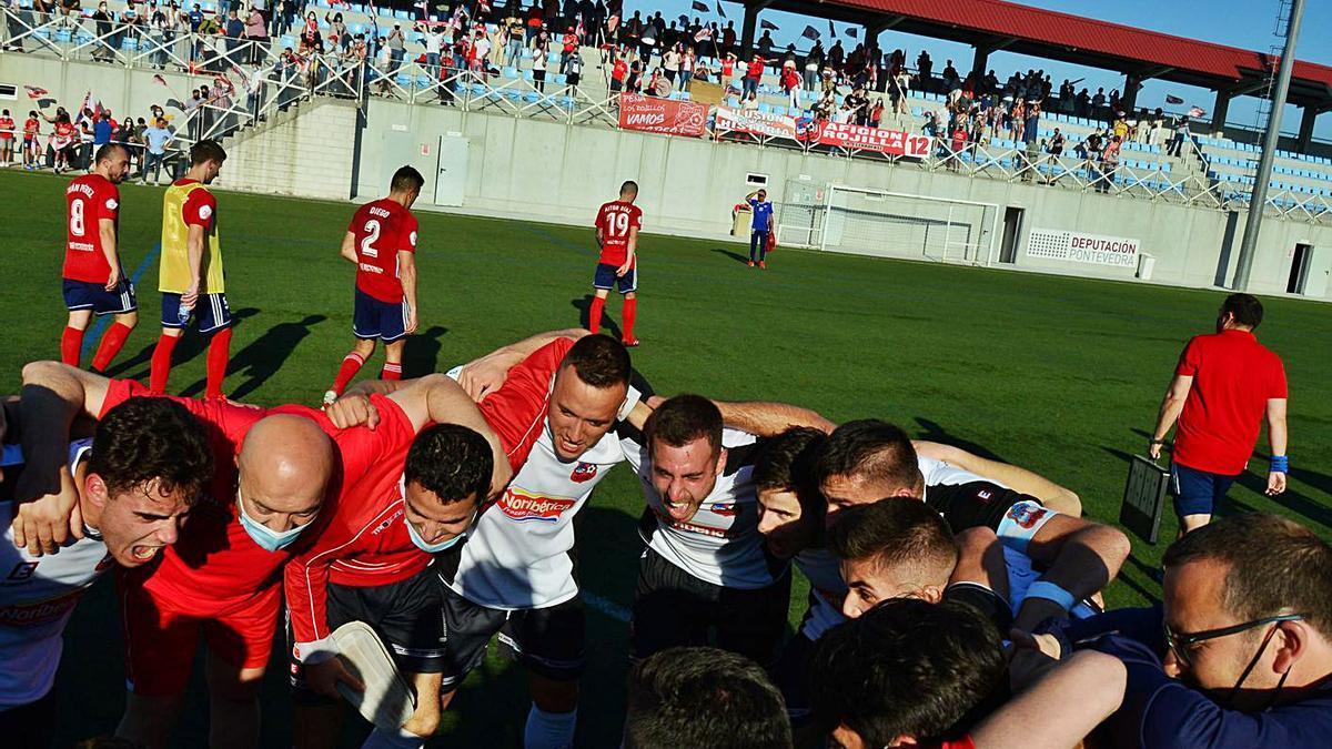 Los jugadores del Estradense festejan la victoria mientras los alondristas lamentan la eliminación.    // G.N.