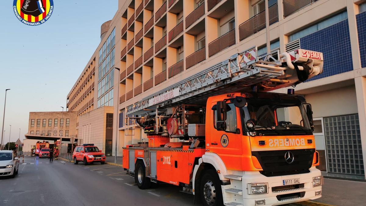 Bombers durant l'extinció de l'incendi a l'Hospital de la Ribera.
