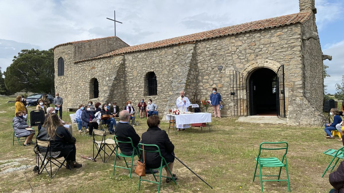 Celebración de la misa al Cristo de la Vida, en el exterior de la ermita.
