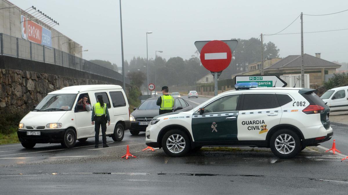 Un control de la Guardia Civil en la rotonda de O Terrón de Vilanova