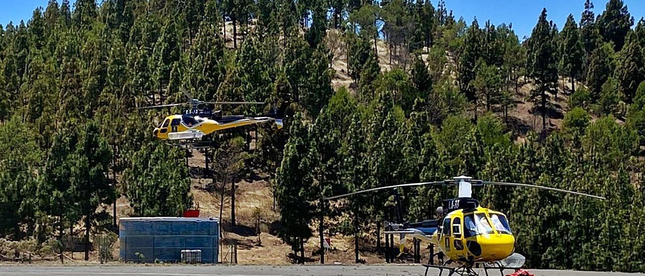 Los dos helicópteros contra incendios forestales contratados por el Cabildo de Gran Canaria para la campaña de este verano.