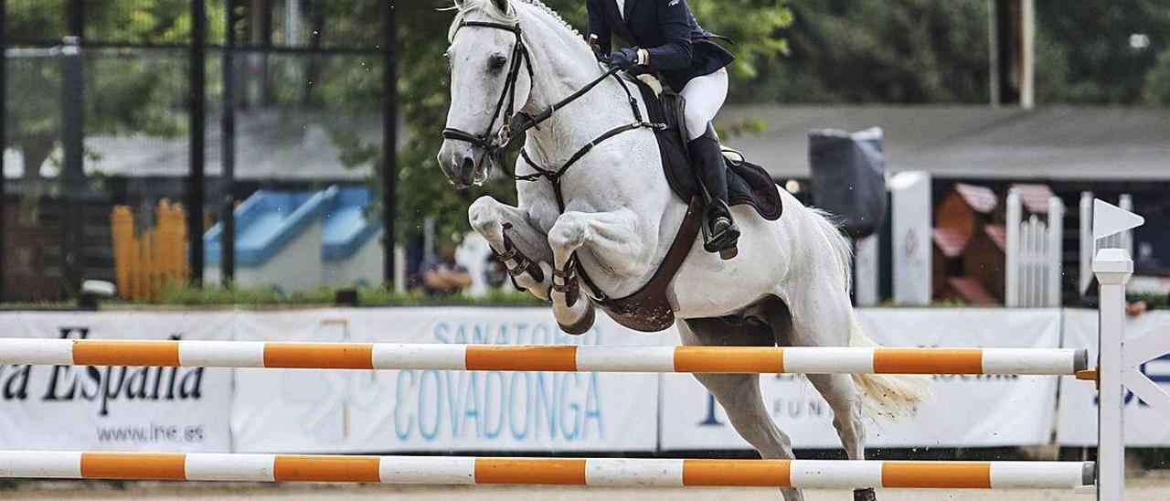 """Sofía Vidal, con """"Caid du Calvaire"""", supera un obstáculo."""