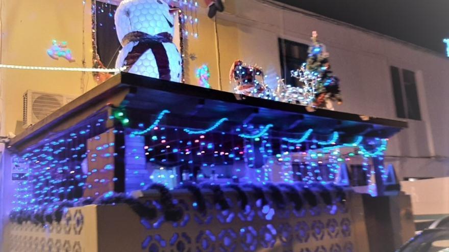 Titerroy entrega el premio a la casa mejor decorada del barrio en Navidad