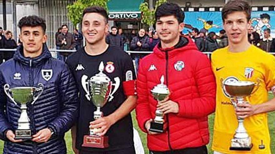 De izquierda a derecha, los capitanes de Numancia, Cultural, Zamora y Santa Marta posan con su trofeo.