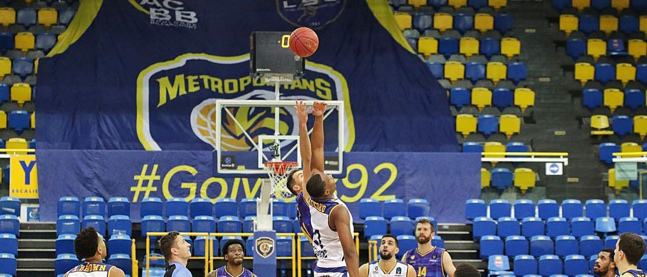 Salto inicial del partido disputado entre el Metropolitans 92 y el CB Gran Canaria de la Eurocup de esta temporada.     EUROCUP