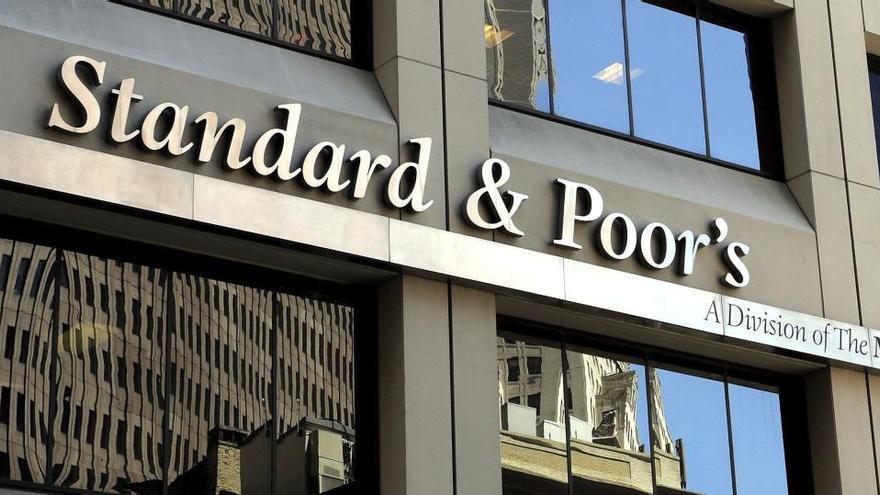 S&P pone a España en perspectiva negativa por la crisis de la Covid-19