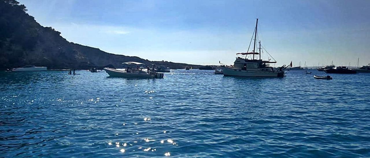 Barcos fondeados muy cerca de la costa en es Racó de sa Pujada, en es Caló.