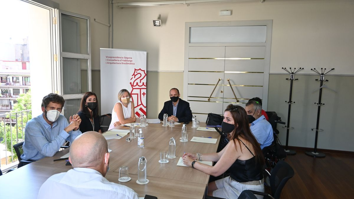 Reunión de los afectados por las ayudas a la vivienda con Dalmau.